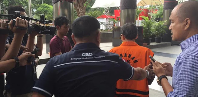 Usai Diperiksa KPK, Ketua MCW NU Kedamean Lupa Masuk Mobil Tahanan