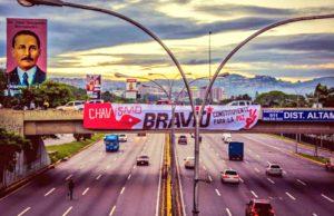 Venezuela. El chavismo coloca una gran pancarta en el barrio de Altamira, en pleno corazón de la derecha más violenta