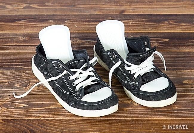 Absorventes íntimos ajudam a tirar os maus odores dos calçados (Reprodução/Incrível)