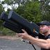 DroneGun bloquea drones volando a frecuencias de 2,4 y 5,8 GHz y también puede bloquear el GPS