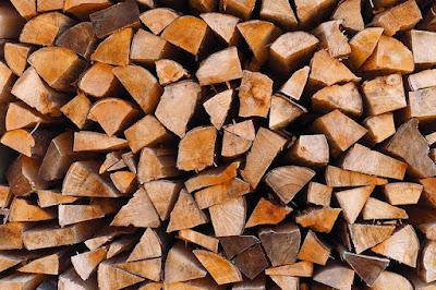 Tas de bûches de bois pour chauffer l'hiver.