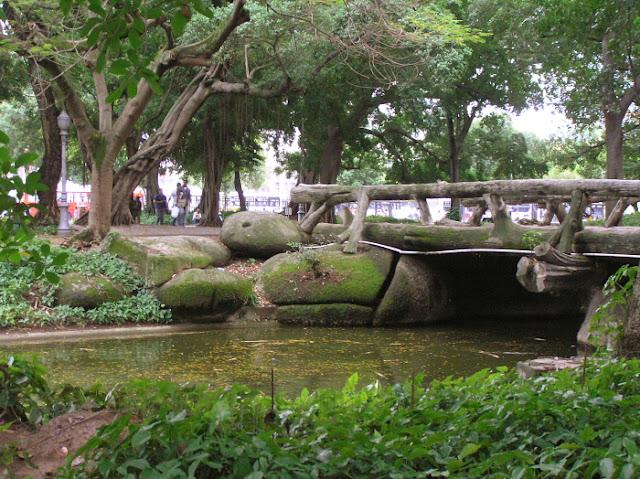A fauna do parque é representada por animais como cutias, patos-do-mato, capivaras, galinhas-d'angola, gansos, cisnes, pavões verde, azul, branco e o pavão-arlequim. Alguns animais circulam livremente entre os visitantes, e outros são mantidos em áreas protegidas. Grutas, bancos, pontes, lagos, chafariz e fontes com figuras mitológicas completam o cenário desse pedaço de verde, que há seculos vem sendo preservado.