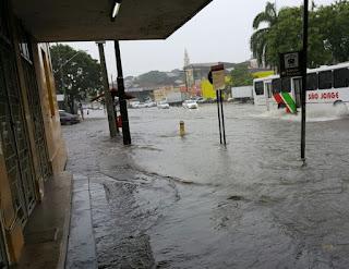 João Pessoa tem alerta de inundações; chuvas alagam ruas e dificultam trânsito