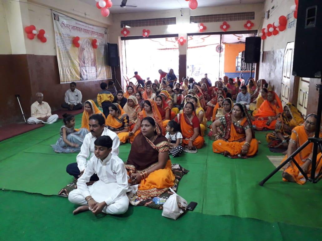 भागवत कथा में कृष्ण जन्मोत्सव पर थिरके भक्त