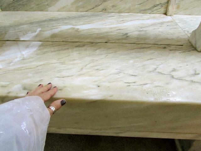 mão a tocar uma bancada de mármore