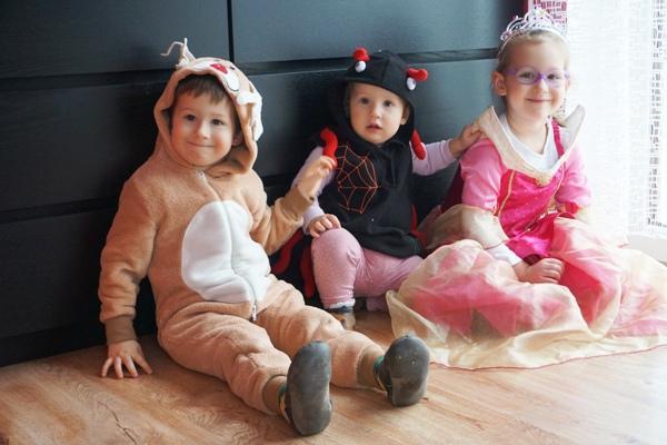 bal przebierańców w przedszkolu i choroba - dzieci w przebraniach renifera i pająka, śpiącej królewny