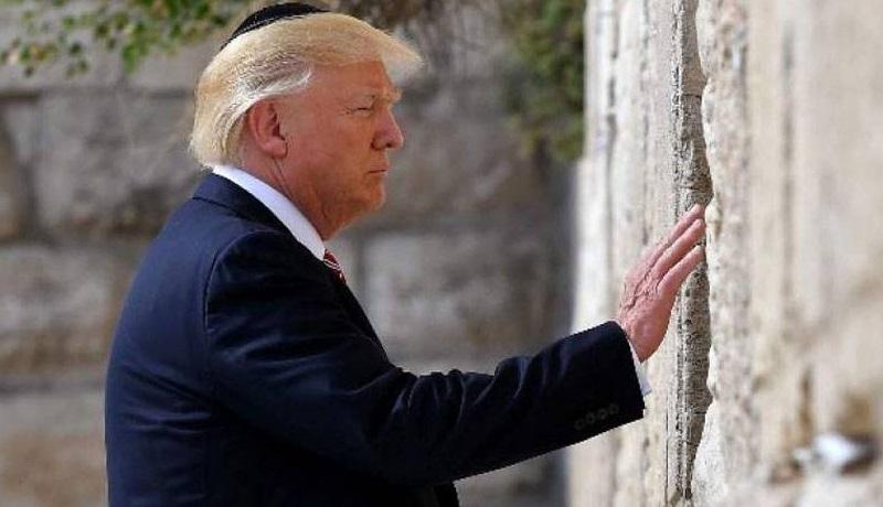 Donald Trump se convirtio en el primer presidente estadounidense en visitar el Muro de los Lamentos.