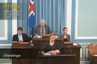 برلمانية ترضع طفلتها وهي تلقي خطاباً