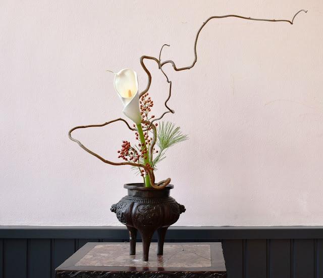 Nói một cách tổng quát, cách cắm hoa Nhật Bản gồm ba nhóm hoa hay cành lá xếp đặt theo hình tam giác. Nhóm chính ở giữa, thẳng đứng, nhóm thứ hai nghiêng về một bên so với nhóm chính và nhóm thứ ba ngược lại, nghiêng về phía đối so với nhóm thứ hai.