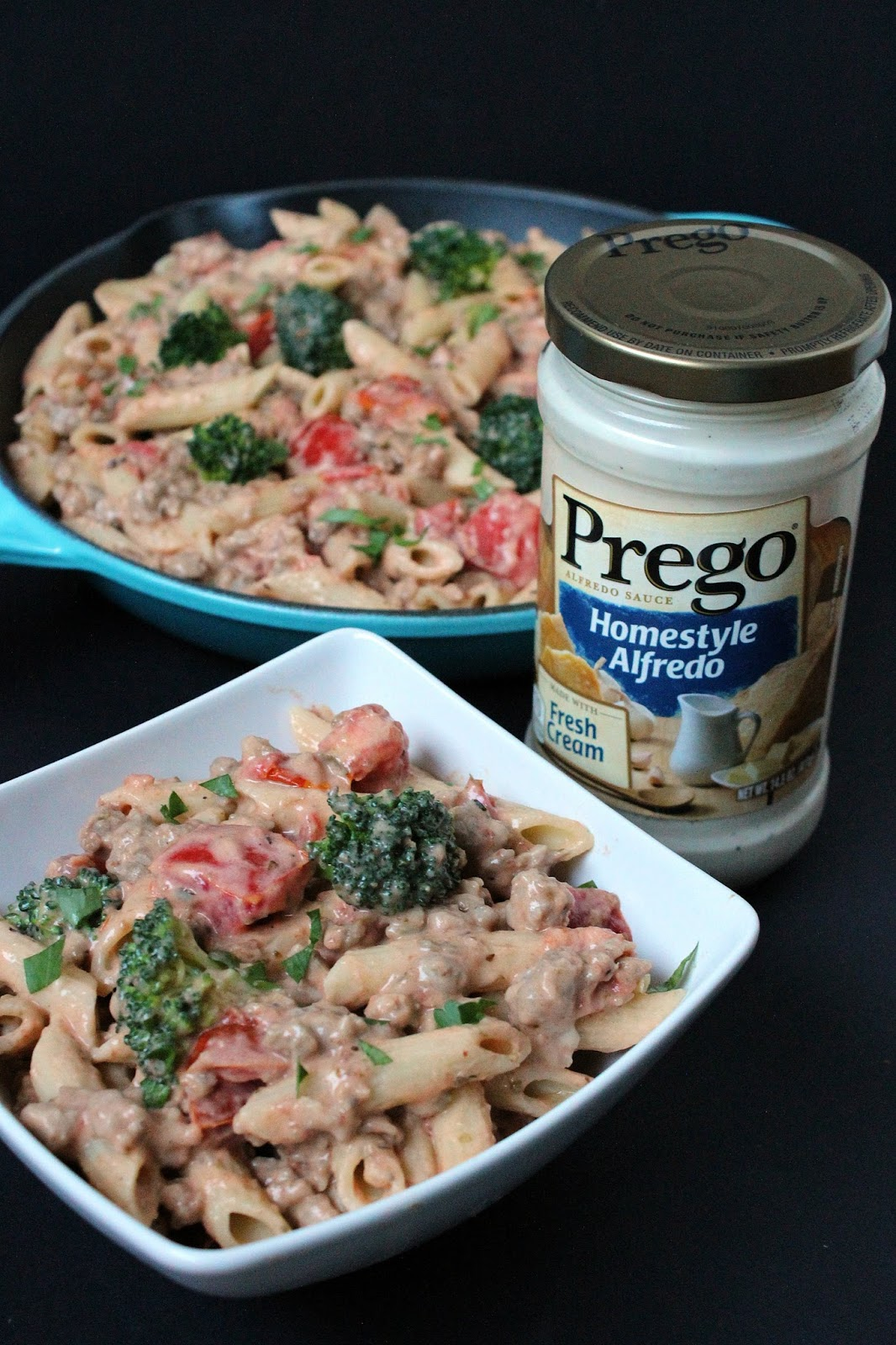 Ready in 30 minutes or less, this delicious Italian Sausage and Broccoli Alfredo Pasta meal makes dinner a breeze for Mom. Just five main ingredients is all you need! | manilaspoon.com