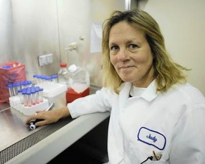 """Docteur Judy Mikovits, Ph.D., biochimiste  : """"des rétrovirus contaminent les vaccins""""; Elle a été directrice, à l'Institut National du Cancer, du laboratoire qui étudie les mécanismes des médicaments antiviraux avant de prendre la direction du programme de la biologie du cancer à l' « EpiGenX Pharmaceuticals ». C'est elle qui a fondé le premier institut de neuroimmunologie."""