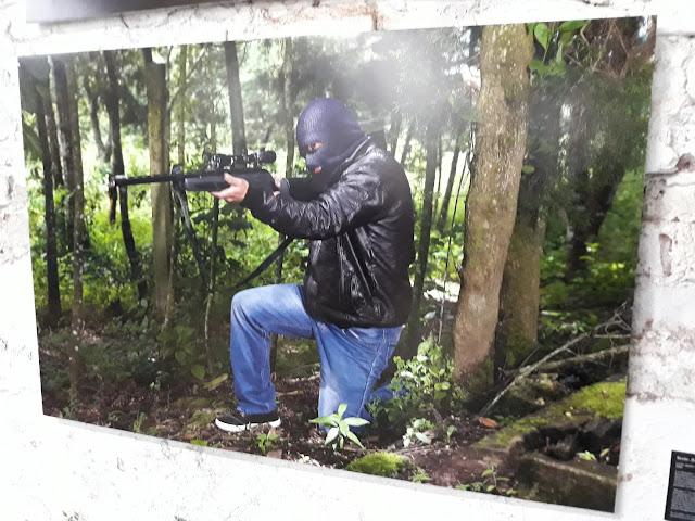 Hombre con un fusil encapuchado (obra GuatePhoto)