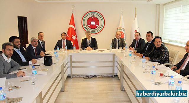 DİYARBAKIR-Diyarbakır Cumhuriyet Başsavcısı Kamil Erkut Güre, basın mensuplarıyla kahvaltılı toplantı düzenledi. Başsavcısı Güre, toplantıda ABD destekli 15 Temmuz darbe girişiminden şimdiye kadar açmış oldukları FETÖ ve PKK soruşturma dosyaları hakkında bilgi verdi.