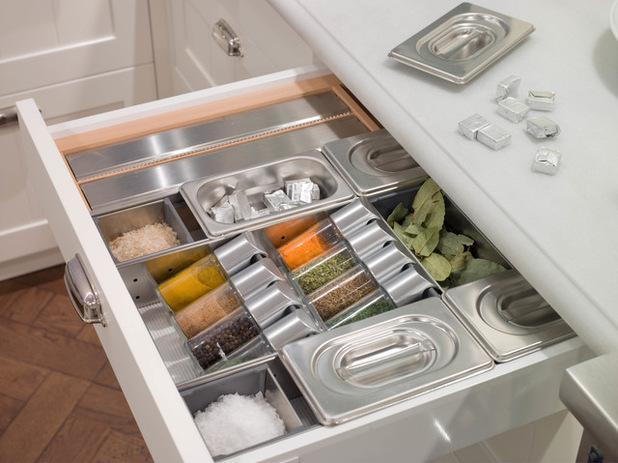 Cajón con compartimentos para especias y mantener el orden en la cocina