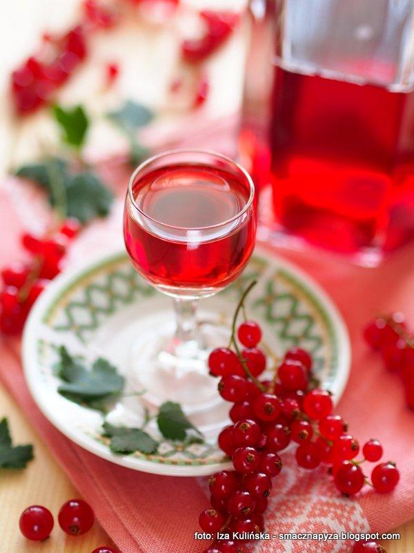 nalewka z czerwonych porzeczek, nalewka porzeczkowa, nalewki domowe, przetwory, porzeczka czerwona, porzeczki czerwone, alkohol, owoce na nalewke, wsad owocowy