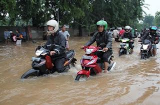memang banjir adalah momok bagi sebagian pengendara motor roda dua sebab air akibat banji Sepeda Motor Terendam Banjir ? Apa Yang Harus Dilakukan ?