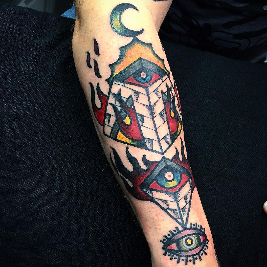 Quema del tatuaje de ojos pirámide con llamas