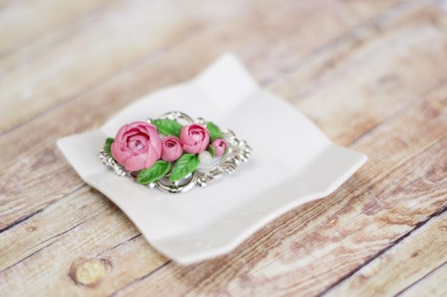 Broszka z kwiatami piwonii