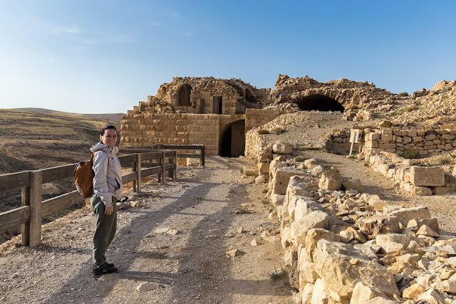 Lena en el lateral del castillo de Shobak, Jordania