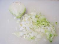 Ингредиенты: Для приготовления тефтелей вам потребуется: 1 кг. мясного фарша, 1 луковица, 0,5 ст. риса, соль, специи по вкусу, 250 гр. сметаны, 50 гр. томатной пасты, 1-2 зубчика чеснока, 50 гр. майонеза, растительное масло для смазывания формы. Время приготовления составляет 1 час 10 минут.   Пошаговое приготовление: 1. Отварите рис в подсоленной воде. Промойте в холодной воде.  2. Лук и чеснок очистите, мелко порежьте. 3. В фарш добавьте лук, рис, соль, специи по вкусу, хорошо перемешайте 4. Из фарша сформируйте тефтели, выложите в смазанную растительным маслом форму. 5. Приготовьте соус: соедините и перемешайте сметану, томатную пасту, чеснок и майонез, соль и специи по вкусу. 6. Равномерно залейте тефтели соусом. Запекайте 35-40 минут в разогретой до 180°С духовке.