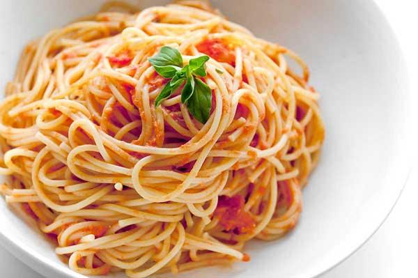 На 3 порции: растительное или оливковое масло - 1 ст.л.; чеснок (раздавленный) - 1 зубчик; сладкий перец (без семян, мелкими кубиками) - 1/2 шт.; лосось (консервированный, жидкость слить) - 200г; орегано (сухое) - 1 щепотка;