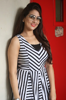 Anchor Manjusha Pictures in Short Dress at Rojulu Marayi Platinum Disc Function  0003.JPG