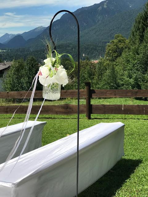 Blumengläser am Altarweg zur freien Trauung, 4 Hochzeiten und eine Traumreise 2.0 im Riessersee Hotel Garmisch-Partenkirchen, Traumlocation am See in den Bergen, 2017