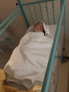 baby ligt te slapen in ziekenhuisbedje