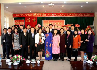 Các đại biểu chụp ảnh với lãnh đạo Bệnh viện tại Lễ Kỷ niệm