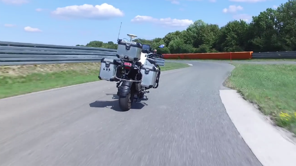 الكشف عن أول دراجة نارية ذاتية القيادة من BMW