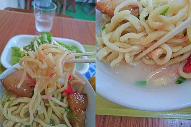 沖縄そばの麺とスープの写真