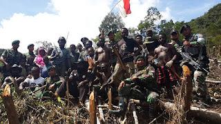 TNI AD Bersama Penduduk Papua