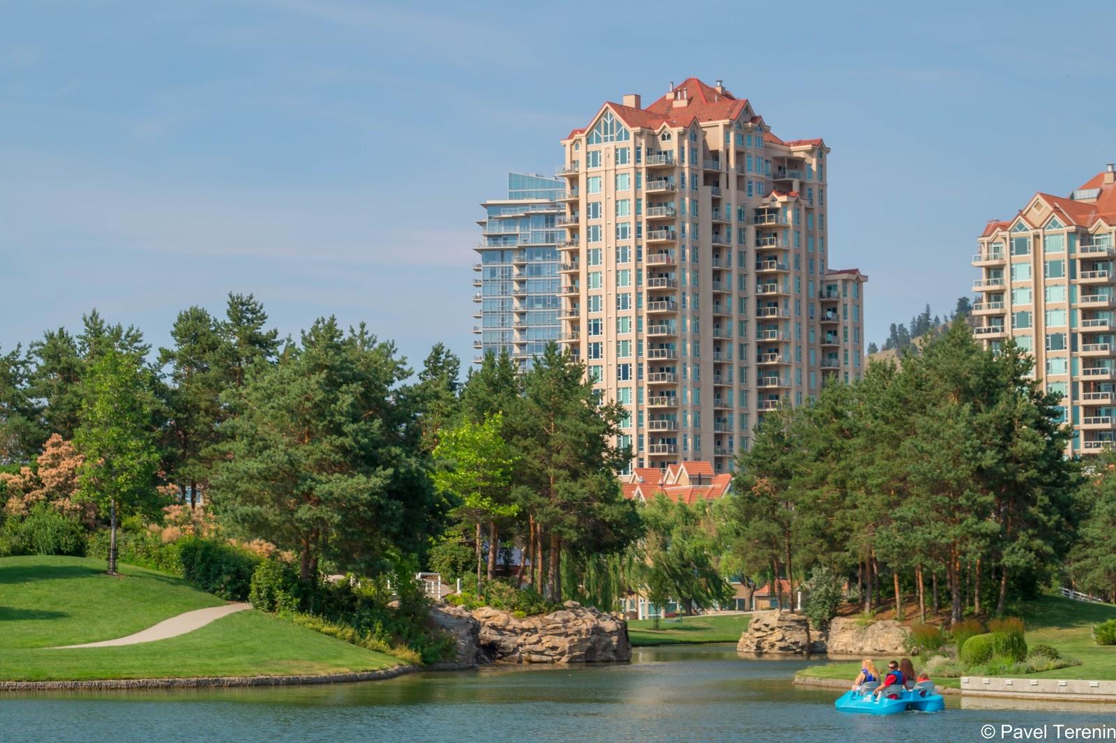 За одним из парков расположен жилой комплекс, к которому проведена сеть каналов ведущая к озеру.
