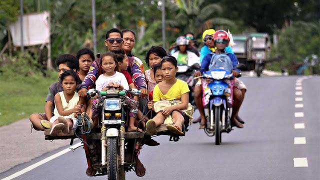Ojek Palang, Transportasi Umum Yang Bisa Angkut 12 Orang di Jalan Terjal Sekalipun