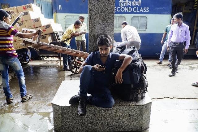 Seorang Traveler Sedang Menelepon Rumah nya Sambil Menunggu Kereta Api Di Stasiun Pune