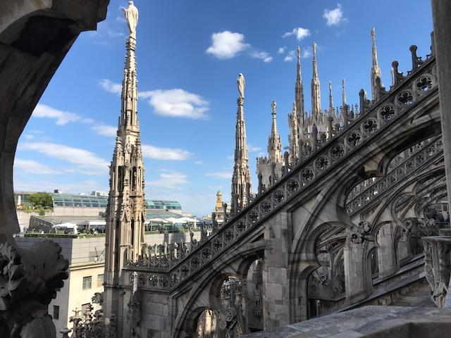 イタリア・ミラノのドゥオーモの小塔の一つ一つのい先に聖人が立っている 凄い