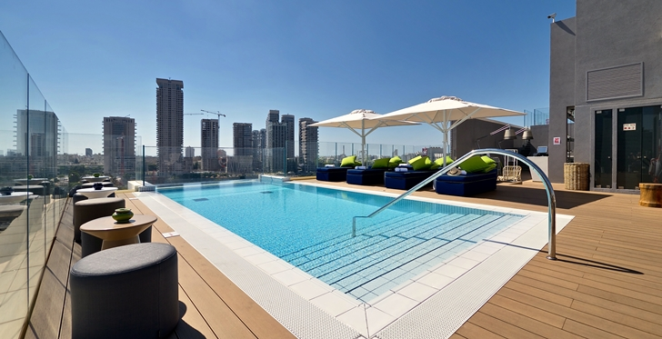 Swimming pool in Hotel Indigo in Tel Aviv
