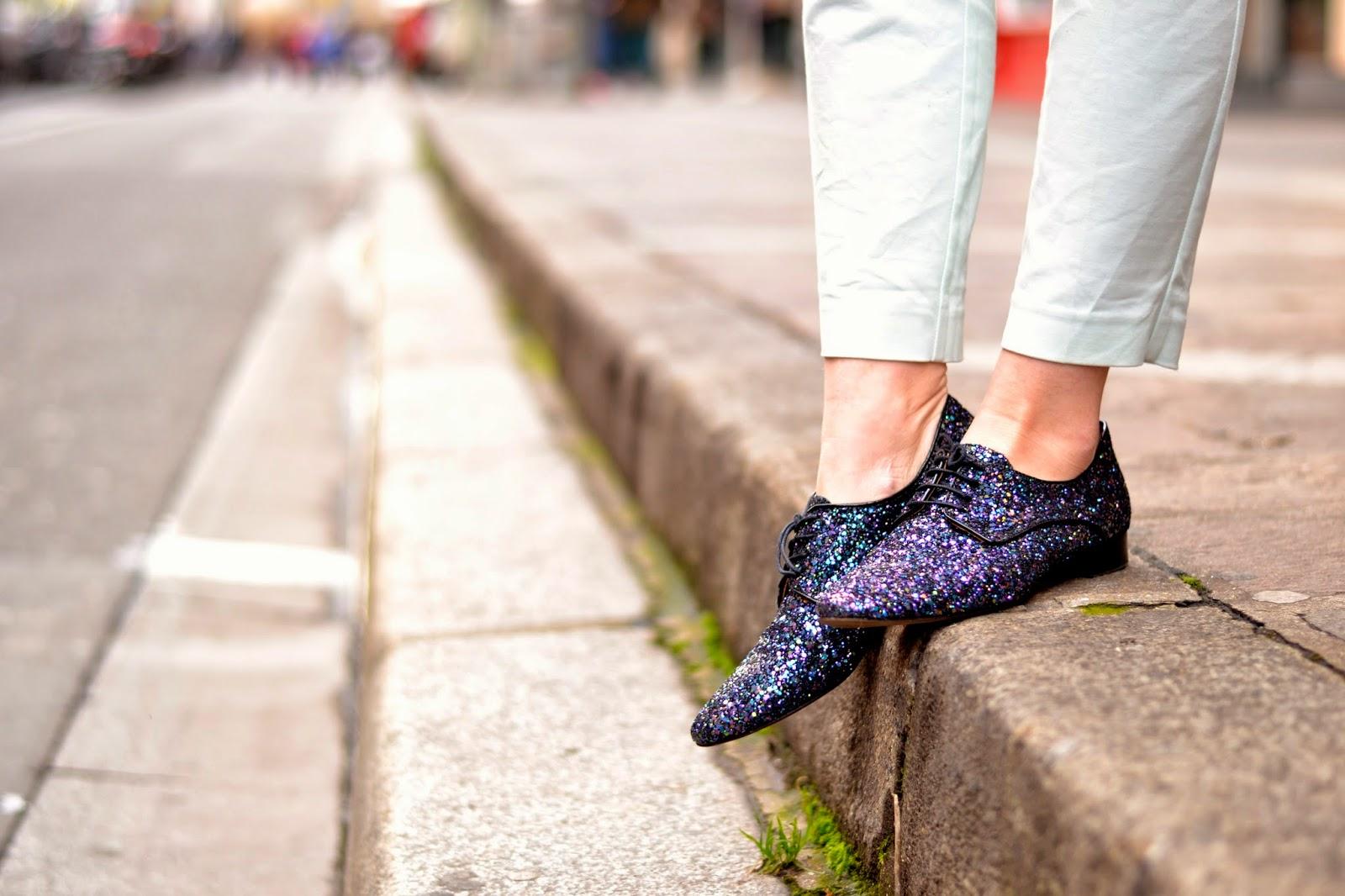 如何穿闪亮的鞋子