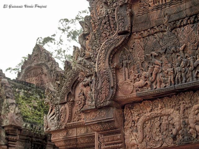 Banteay Srei, biblioteca norte, detalle - Angkor, Camboya por El Guisante Verde Project