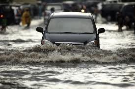 Kondisi hujan dan terhadang banjir kadang tiba secara tiba Tips Mengemudi Melewati Banjir