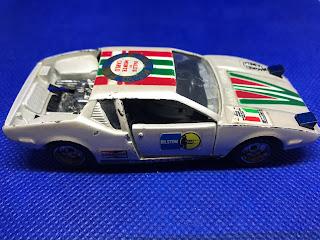 デ・トマソ パンテーラ のおんぼろミニカーを側面から撮影