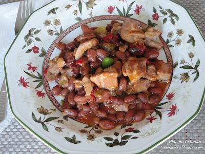 Пуешко месо с червен фасул на фурна
