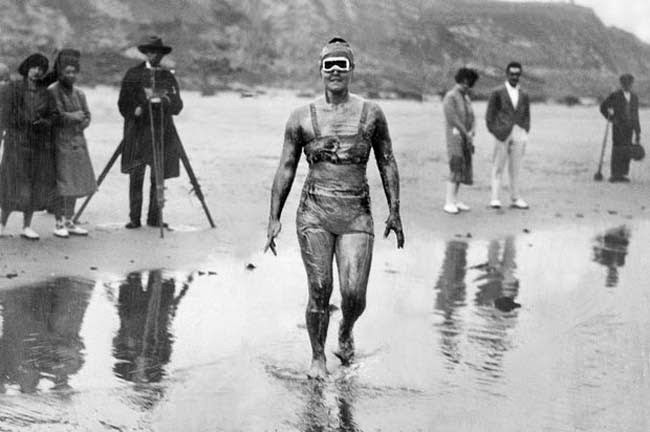 52 photos of women who changed history forever - Gertrude Ederle becomes the first woman to swim across the English Channel. [1926]