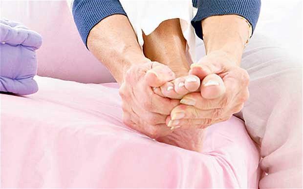 من اهم اسباب الشعور بالبرد في اليدين و القدمين .