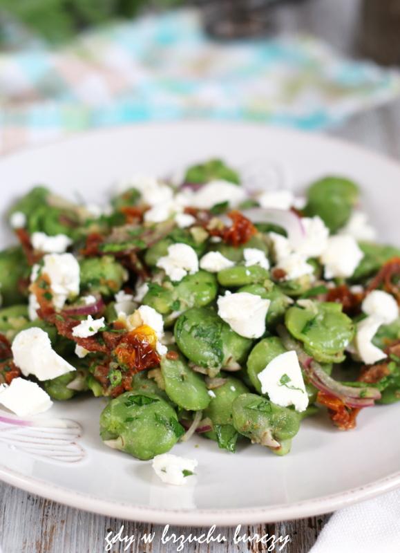 Grillowa sałatka z gotowanego bobu z suszonymi pomidorami i serem feta