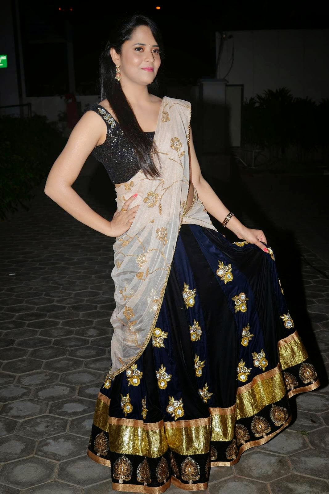 South indian tv actress anasuya hip show in sleeveless black saree glamorous tv anchor anasuya hip show in sleeveless black saree thecheapjerseys Gallery