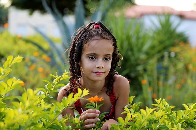 Cara membuat anak mencintai tumbuhan di sekitarnya