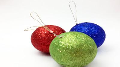 Bolas navideñas decoradas con escarcha y cinta