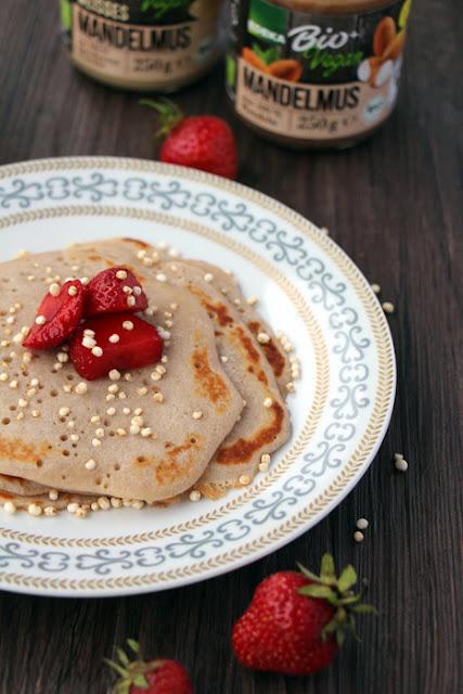 Buchweizenpfannkuchen mit Erdbeeren und gepufftem Quinoa