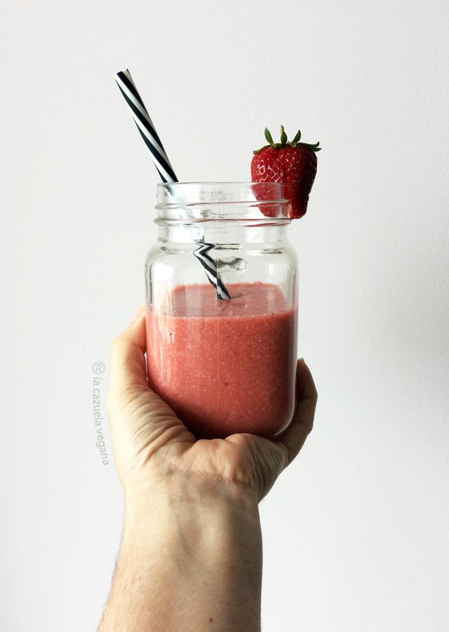 Batido vegano de fresas, coco y vainilla (Merienda saludable)